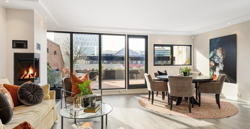 Velkommen til Askeveien 2 K - en totaloppusset toppleilighet i et attraktivt område med 30 kvm terrasse, peis og garasje.