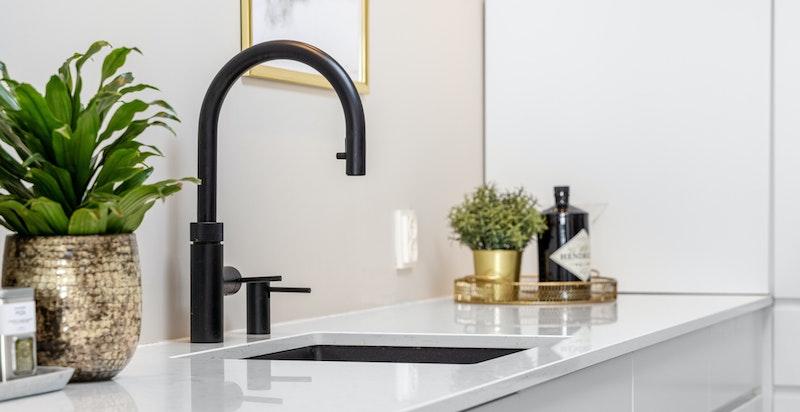 Detalj kjøkken - det er montert cooker for umiddelbar tilgang til kokende vann