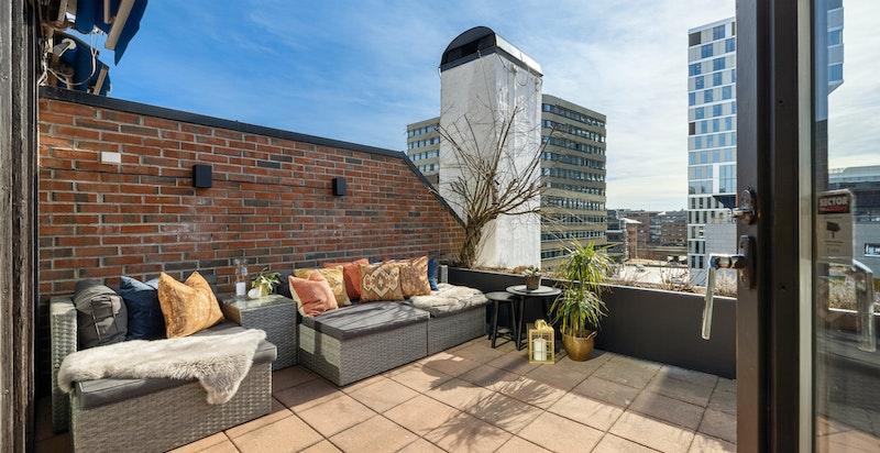 Terrassen på 30 kvm har sol hele dagen og god plass til loungeavdeling og spiseplass