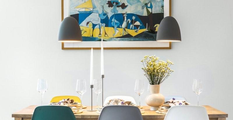 Hyggelig spisestue vegg-i-vegg med kjøkkenet