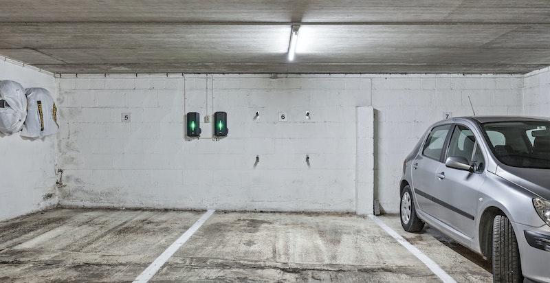 Det er felles lukket garasjeanlegg i byggets kjeller, med varmekabler i nedkjørsel. Til garasjeplassen seksjonen disponerer ble det montert hurtiglader for elbil i 2019