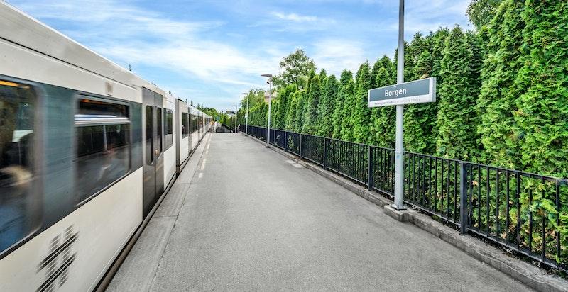 Eiendommen ligger like ved Borgen T-banestasjon, kun ett stopp unna Majorstuen. To baner med hyppige avganger stopper ved stasjonen
