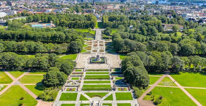 Kun en kort spasertur fra leiligheten ligger Frognerparken. Nærheten til parken er for mange i seg selv ensbetydende med trivsel og høy livskvalitet