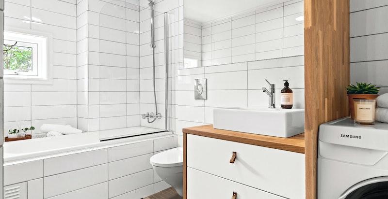 Meget delikat flislagt bad/wc med vindu i yttervegg og varmekabler i gulv. Badet ble renovert i 2006 med bl.a. nytt sluk, røropplegg med fordelingsskap og membran