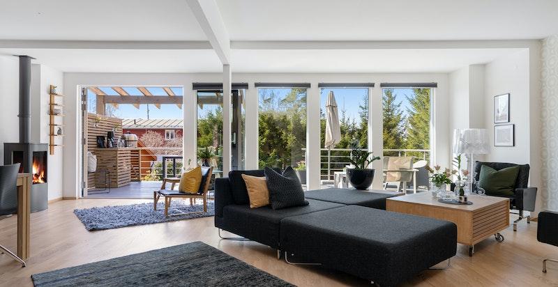 De store vindusflatene og den åpne planløsningen gir masse naturlig lys inn i boligen