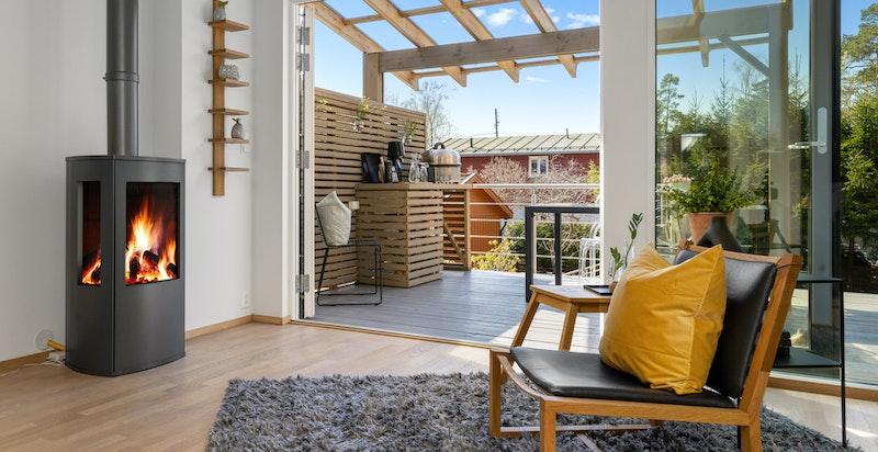 Fra stuen er det utgang til en terrasse på ca. 25 kvm, terrassen er delvis overbygget