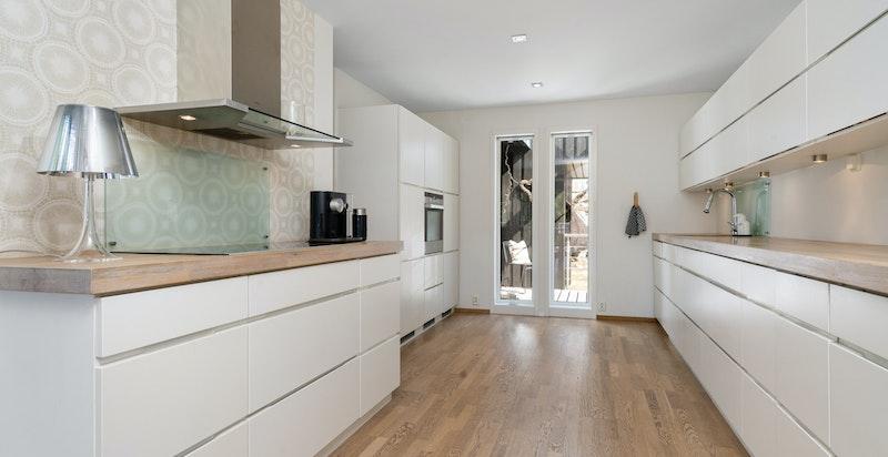 Klassisk kjøkkeninnredning fra Kvik med lyse fronter og heltre benkeplate