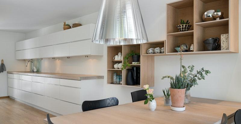 Her kan man ha et større spisebord i forbindelse med kjøkkenet
