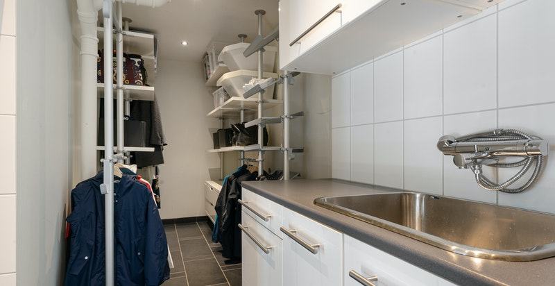 Praktisk løsning for oppbevaring av klær innerst i rommet