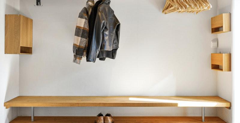 Innbydende entré med varme i gulv. Godt med plass til å henge fra seg yttertøy