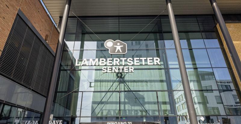 Kun 650 meter til Lambertseter senter med et rikt servicetilbud, kino, bibliotek, Sats, m.m.