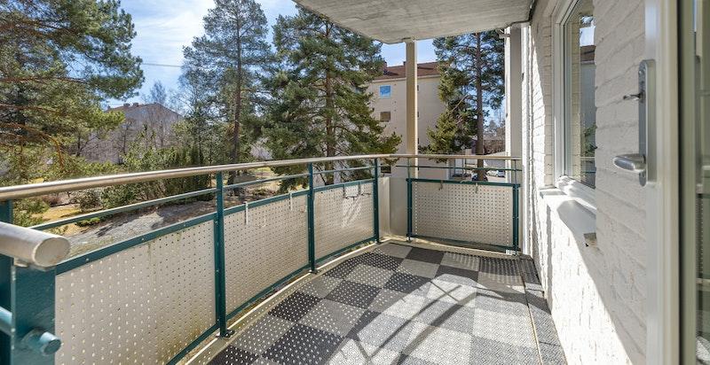 Leiligheten har østvendt balkong på 7 kvm med plass til utemøblement, beplantning og grill.