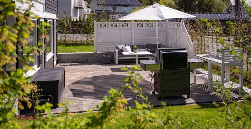 Solrik og skjermet terrasse
