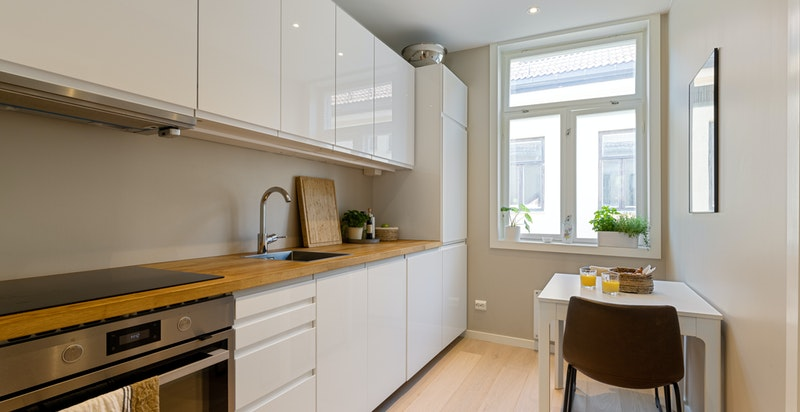 Kjøkkenet ligger separat fra stuen og har egen spiseplass.