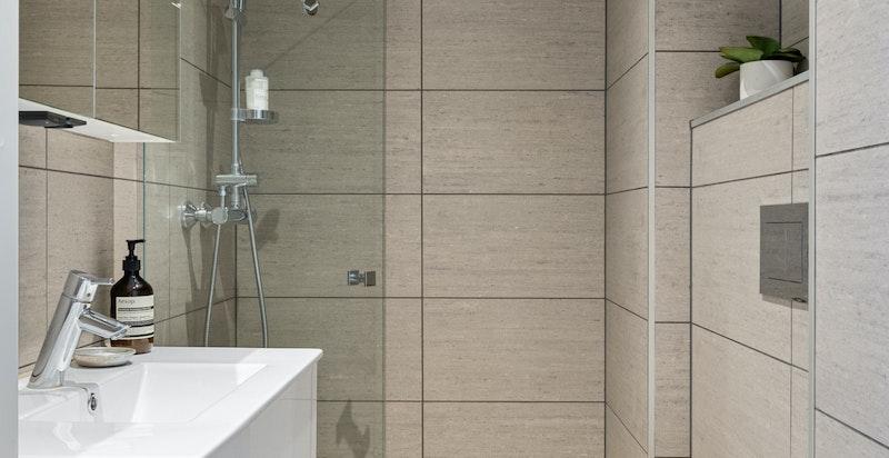 Det er valgt tidsriktige, gode materialer, gjennomgående i hele boligen.