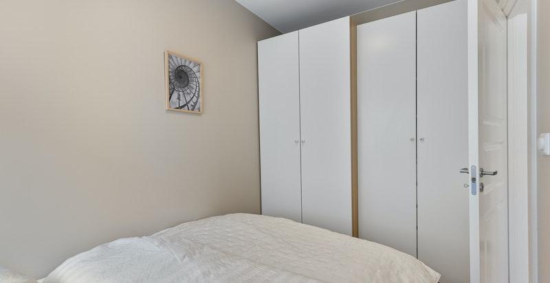 Godt med garderobeplass på soverommet