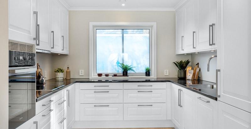Godt utstyrt kjøkken med integrerte hvitevarer fra Miele.