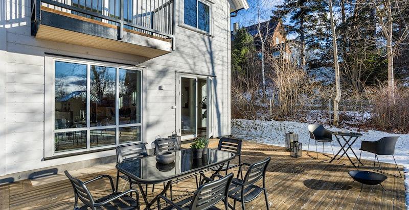 Boligen har en meget attraktiv beliggenhet i et veletablert og populært boligområde.