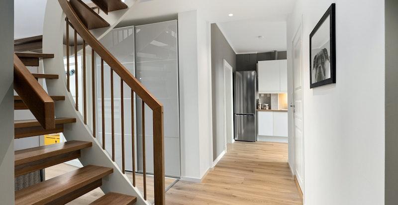Hyggelig entré med garderobeskap og trapp opp til loftsetasje