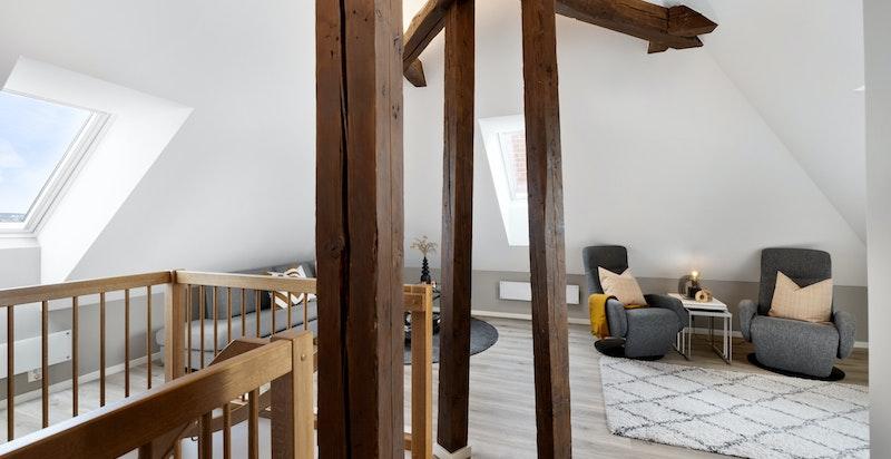 Hyggelig loftsstue med vinduer i tre himmelretninger og 3,60 meter under mønet.
