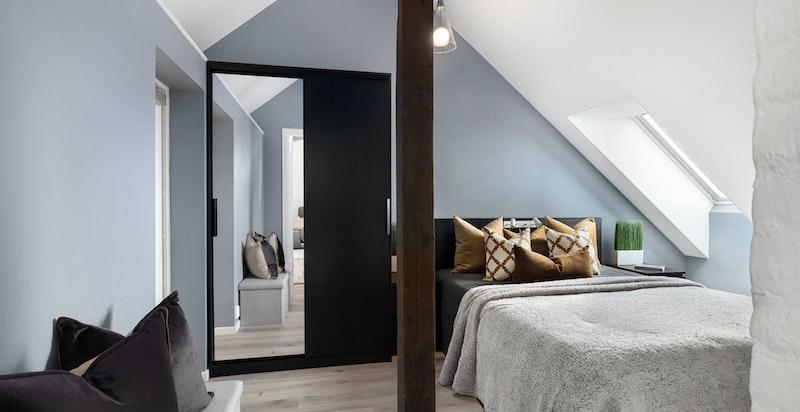 Hoversoverommet er luftig med god plass og garderobeskap.