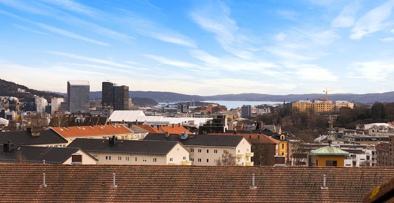 Det er fjordgløtt fra det ene loftsvinduet - her ser man over byens tak og ned mot fjorden
