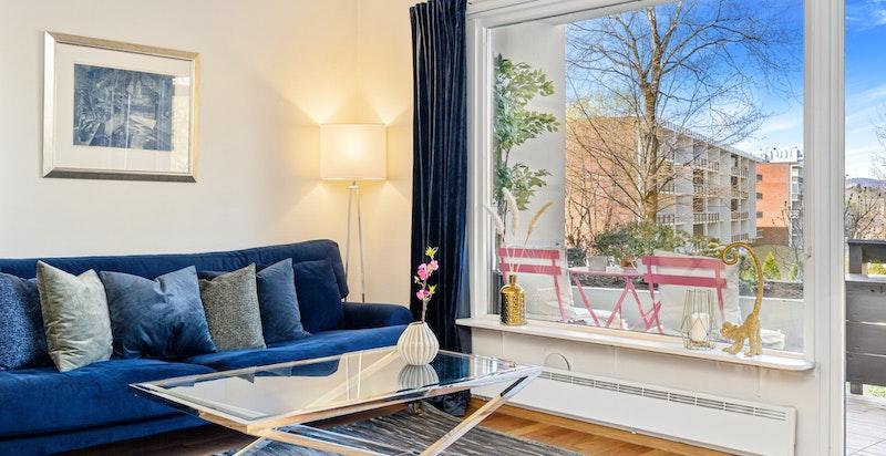 Romslig stue med utgang til vestvendt terrasse på ca 10 kvm