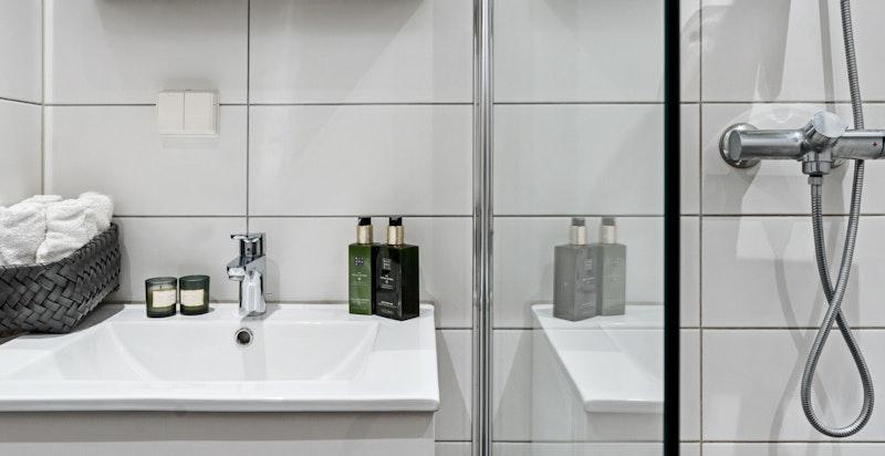 Fliser på gulv og vegger på bad