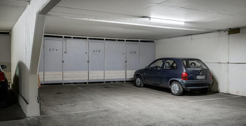 Det medfølger ekslusiv tinglyst bruksrett til garasjeplass nr. 275 i felles lukket garasjeanlegg med heisadkomst fra leiligheten