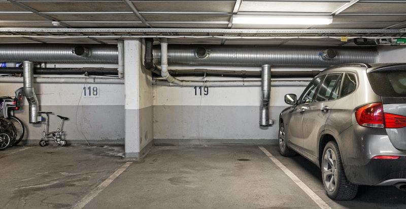 Garasjeplass medfølger. Direkte heisadkomst til leiligheten. Godt plassert ende-bod i innvendig felles bodrom på garasjeplan