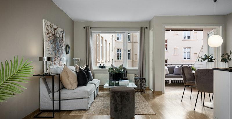 Romslig stue med god plass for både salong og spisestue