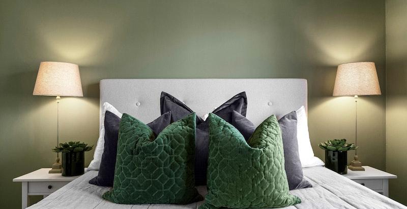 Stort soverom med plass for stor seng og god skapplass