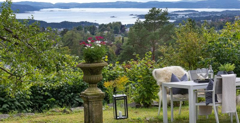 Velkommen til Skogryggveien 6 - Herskapelig villaeiendom med stor tomt og nydelige utsiktsforhold.