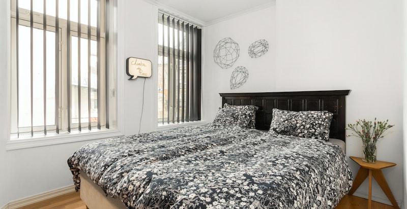 Soverommet er lyst og vender ut mot rolig bakgård.