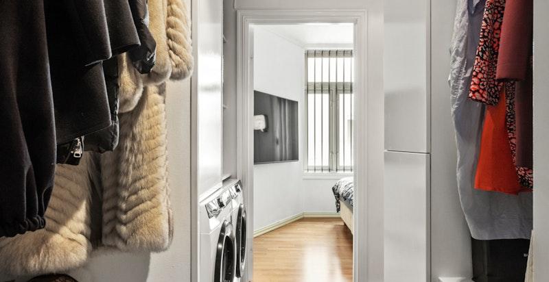 Fra vaskerommet er tilgang til boligens tredje soverom.