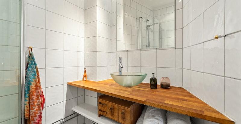 Badet ligger i praktisk tilknytning til både entréen og boligens soverom.