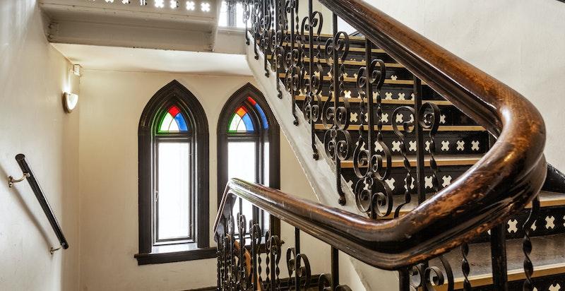 Flott og klassisk oppgang. Leiligheten ligger i byggets 2.etasje.