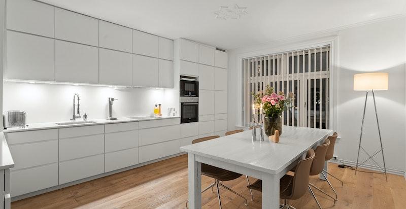 Fra stuen ligger kjøkkenet i en delvis skjermet, men likevel sosial løsning.