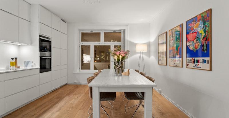 Det er god plass til langbord på kjøkkenet.