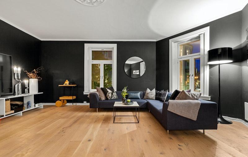 Stuen har takhøyde på 2,71 som gjør at rommet oppleves svært luftig og behagelig.