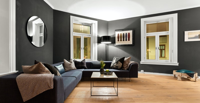 Leiligheten holder en gjennomgående god standard, og har blant annet nymalte overflater og gulv fra 2019.