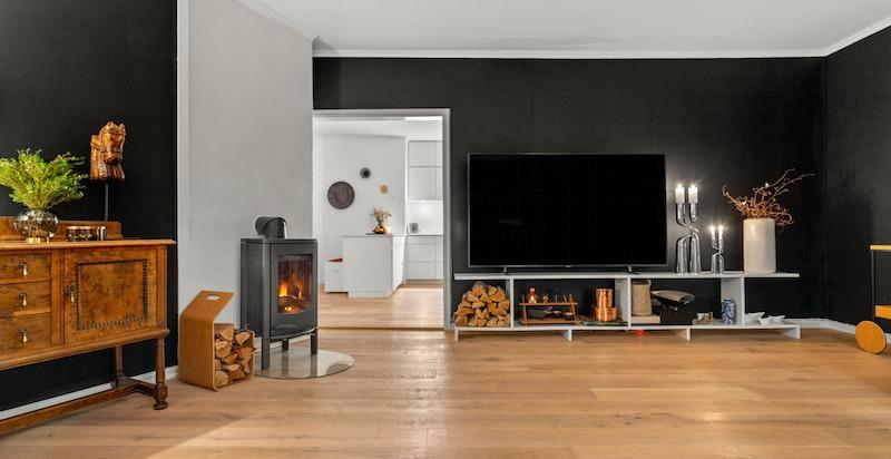 Stuen har en hyggelig peis som både er et fint element til rommet og som varmer godt på kalde dager.