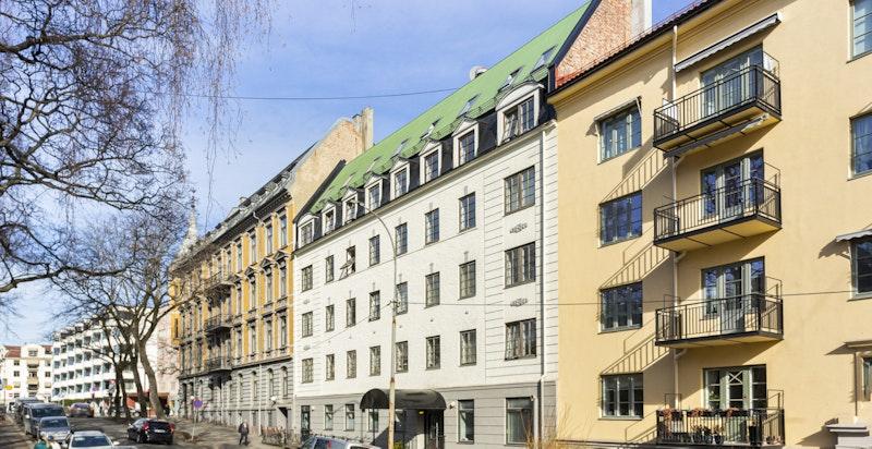 Pen og oppdatert boliggård (ombygget og rehabilitert i 2005) beliggende ca. 100 m fra Gimle kino