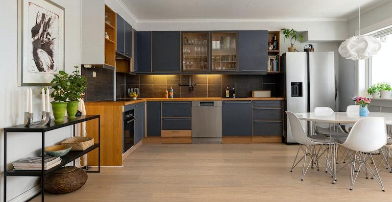 Lekkert kjøkken i åpen løsning med stue