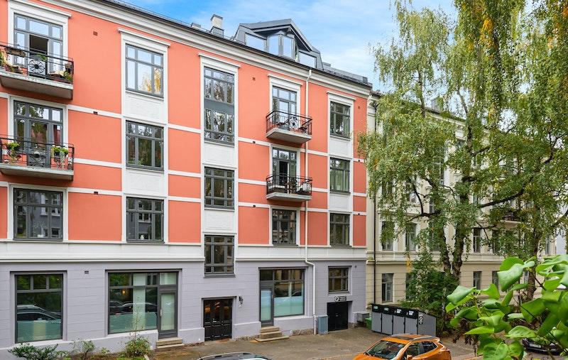 Toppleilighet over 2 plan med mye stående vinduer og stor takhøyde i stuen - Terrasse med flott utsikt - 2 ildsteder