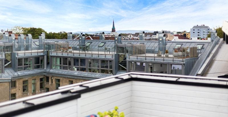 Utsikt fra den store terrassen over byens tak - sjarmerende og spennende bybilde