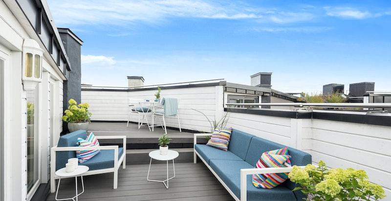 Stor, fin takterrasse som favner byen - Velkommen til flott toppleilighet