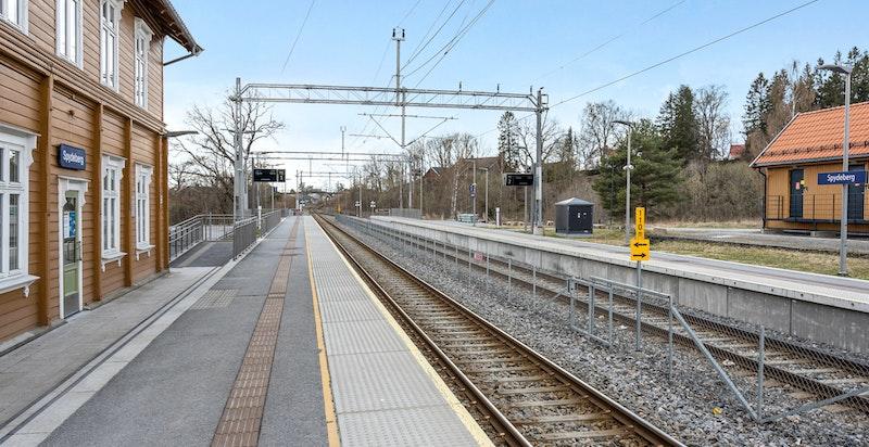 Gode kollektivforbindelser med tog. Det tar ca 46 min. fra Spydeberg til Oslo S.