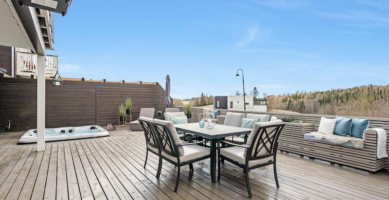 Terrassen er betydelig påkostet med platting, plassbygget plantekasser, plassbygget utekjøkken samt jacuzzi i nedfelt platting.
