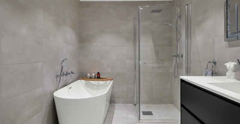 Badet har både badekar og dusjhørne.